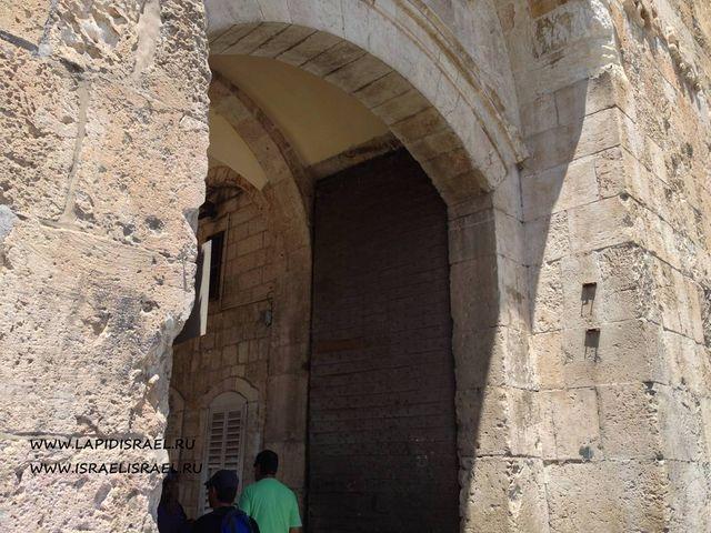 Пройти через львиные ворота в Иерусалиме