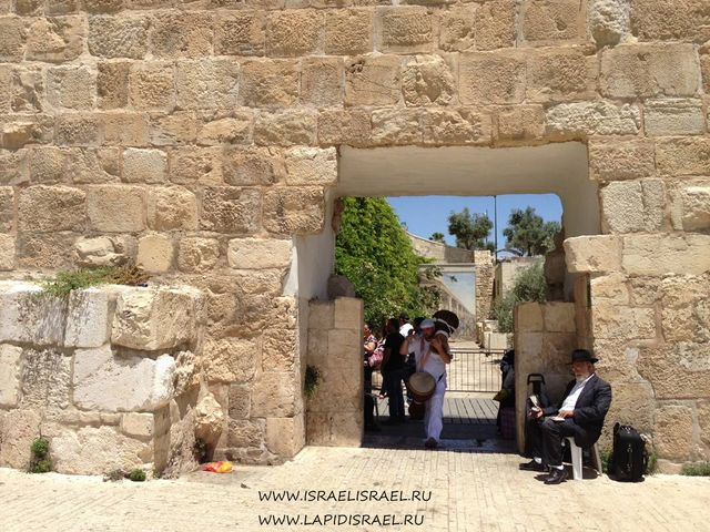 Мусорные ворота проход к стене плача