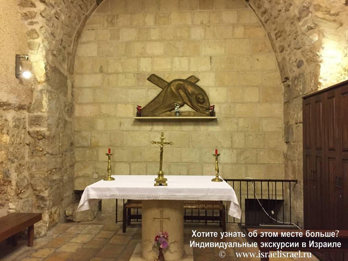 Седьмая станция крёстного пути порог судных врат. Иисус спотыкается о порог судных врат и падает второй раз частные гиды в Израиле
